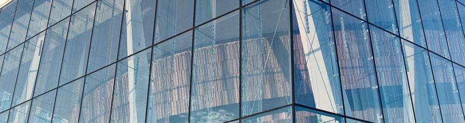стекло а пластиковых окнах